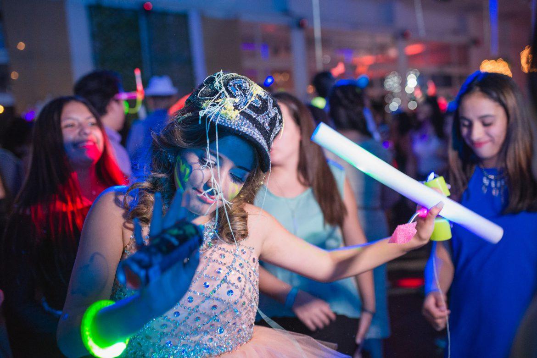 bd6641eff Las luces se apagan de golpe. Los invitados comienzan a bajar la voz  mientras la música cambia y la silueta de un vestido comienza a dibujarse  detrás de una ...